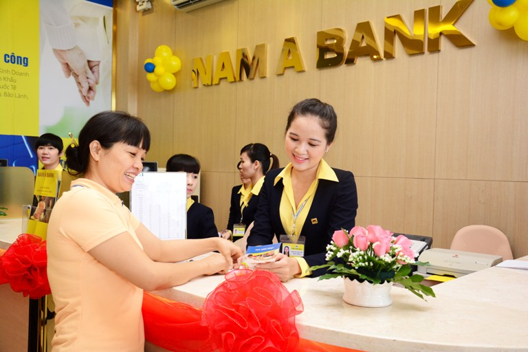 Khách hàng giao dịch trong giờ làm việc tại ngân hàng Nam Á